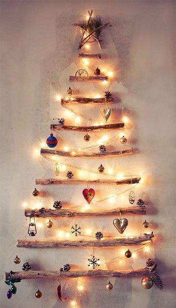 Con unas ramas secas y detalles navideños