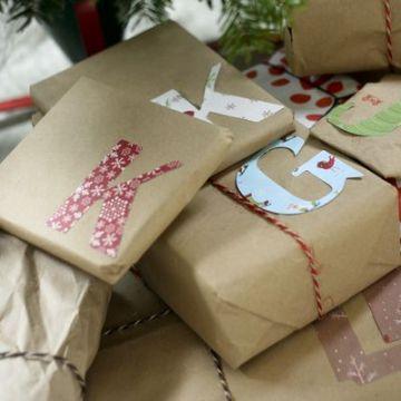 Podéis recortar letras en papel de regalo o revista para personalizar cada paquete con la inicial de la persona que lo recibe