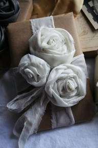 Flores y lazada realizados con retales de tela