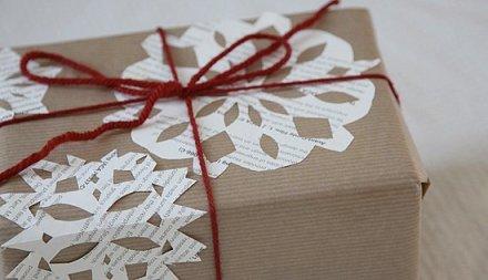 Con cartulinas y papeles de colores o retales de periódico y revistas podeís recortar figuras para decorar el paquete