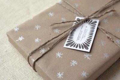 Podéis decorar el papel a mano o mediante tampones para estampar